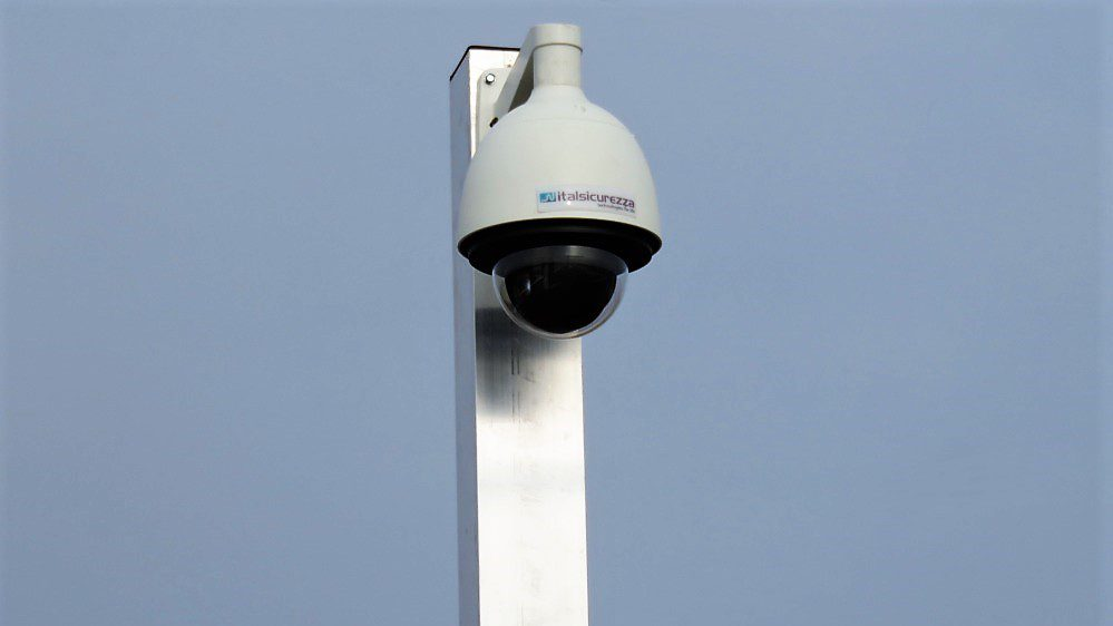 Telecamera di videosorveglianza esterna a norma