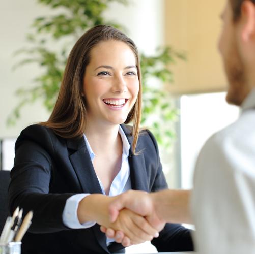 Ingegnere di Italsicurezza offre assistenza ad un cliente