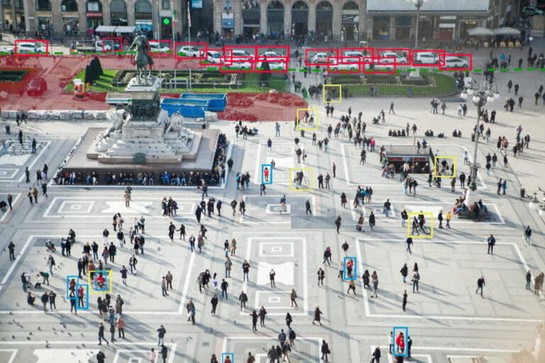 Software di analisi video riconosce auto, persone e biciclette in una piazza di una città